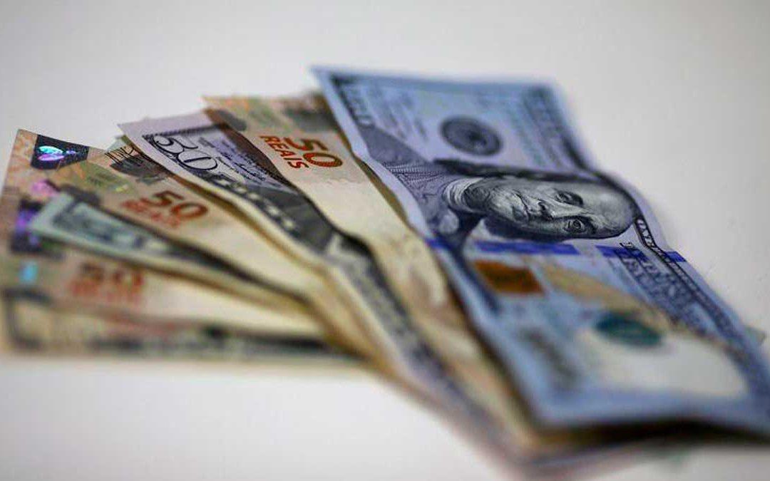 Dólar recua e bolsa sobe em meio a cenário internacional menos tenso
